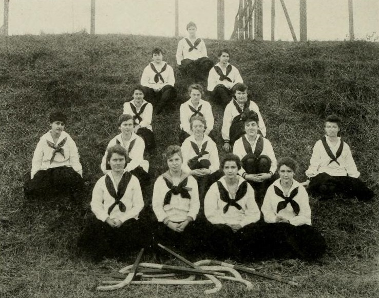 Janet Harris and the rest of the UNCG sophomore hockey team of 1917